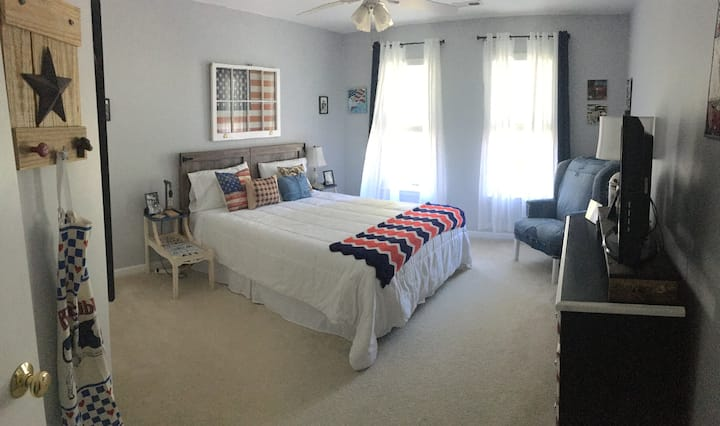 Private-NEW Queen Bed-Americana Decor in Jamestown