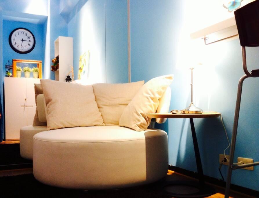 圓形白色摩登沙發,配上藍藍的天~~愛情正要加溫~