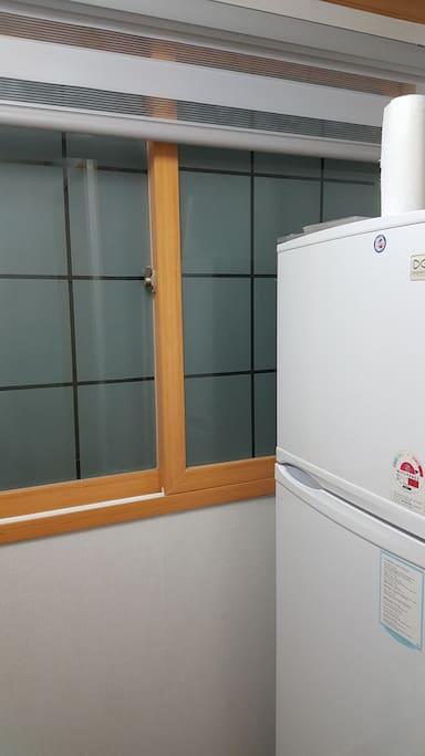 부엌 냉장고입니다.