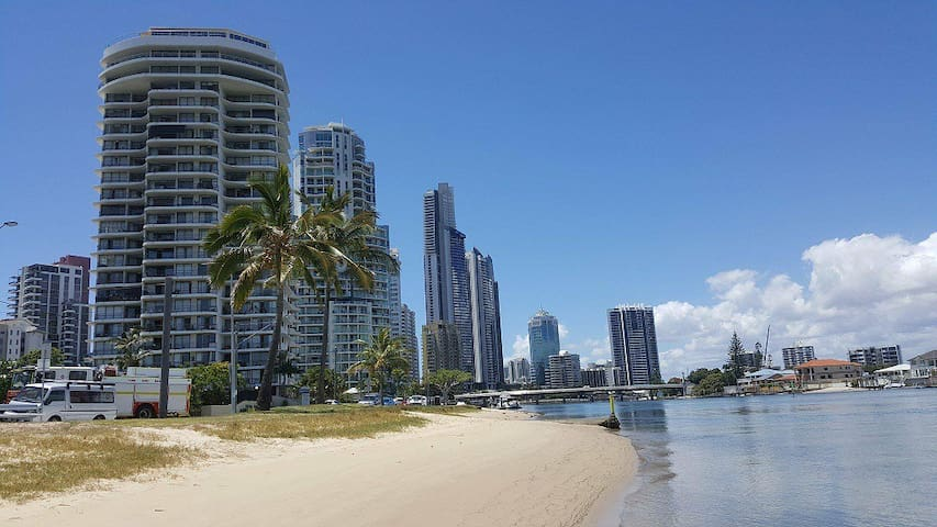 Surfers Paradise Waterfront 10% off weekly