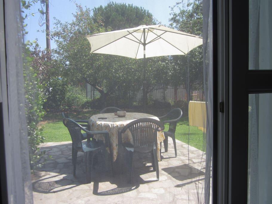 Il tavolo del giardino visto dalla cucina