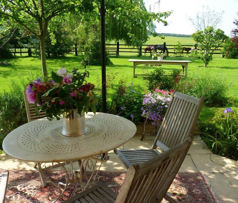 Terrasse pour un petit déjeuner en face des chevaux