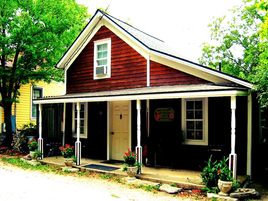 Redwood Cottage in Eureka Springs