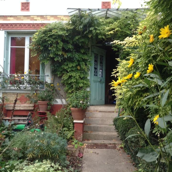 Family home & garden close to Paris