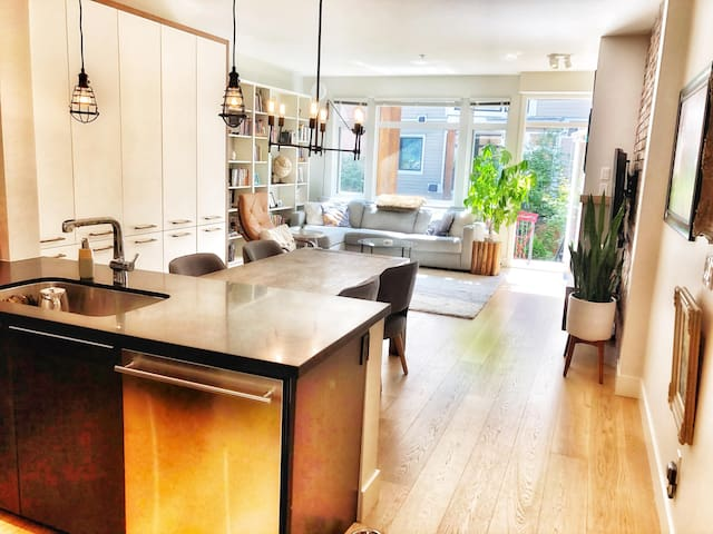 Executive East Vancouver Town home--mins to DT