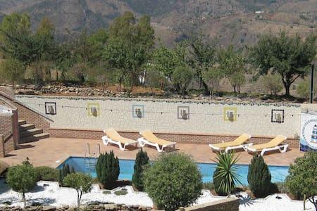Urlaub geniessen in den Bergen über Malaga - Almogía
