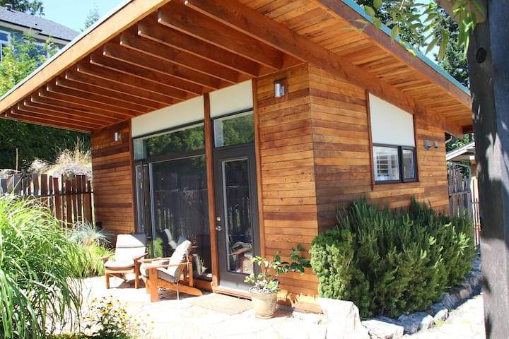 Sustainably Designed Garden Studio - Bowen Island - Cottage