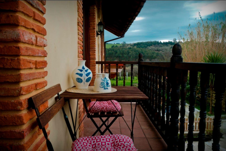 Desde el balcón disfrutamos de las vistas del jardín y del monte