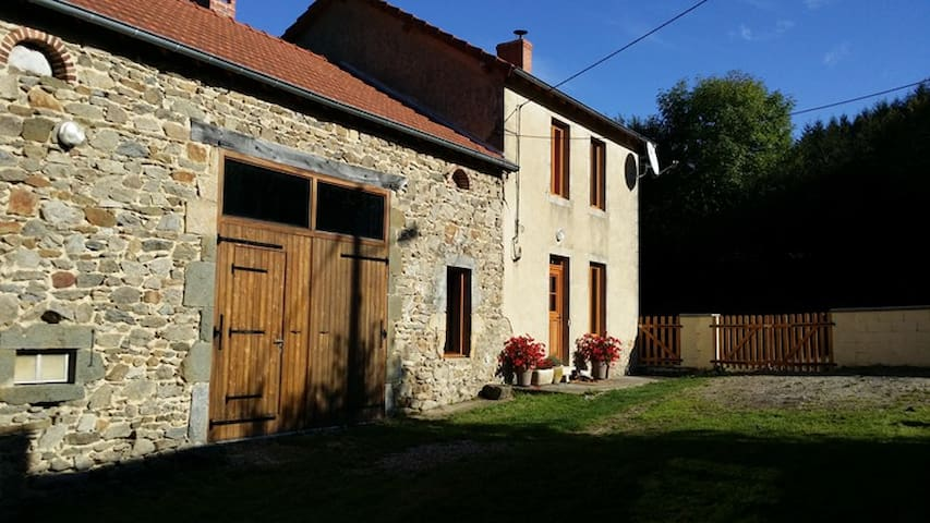 HOUSE IN AUVERGNE, beautiful view, wifi - Le Peyroux, Teilhet - Ev