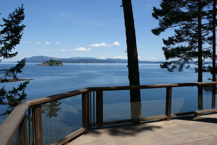 WATERFRONT! PRIVATE! 2 homes totaling 5 Bedrooms and 4 Bathrooms! (CHNLVIEW)