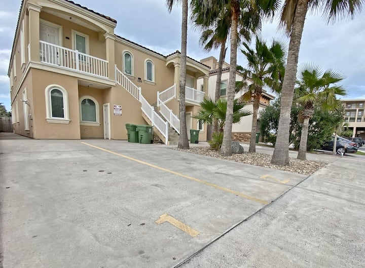 Saturn Living 3 Bedroom Just Steps to the Beach