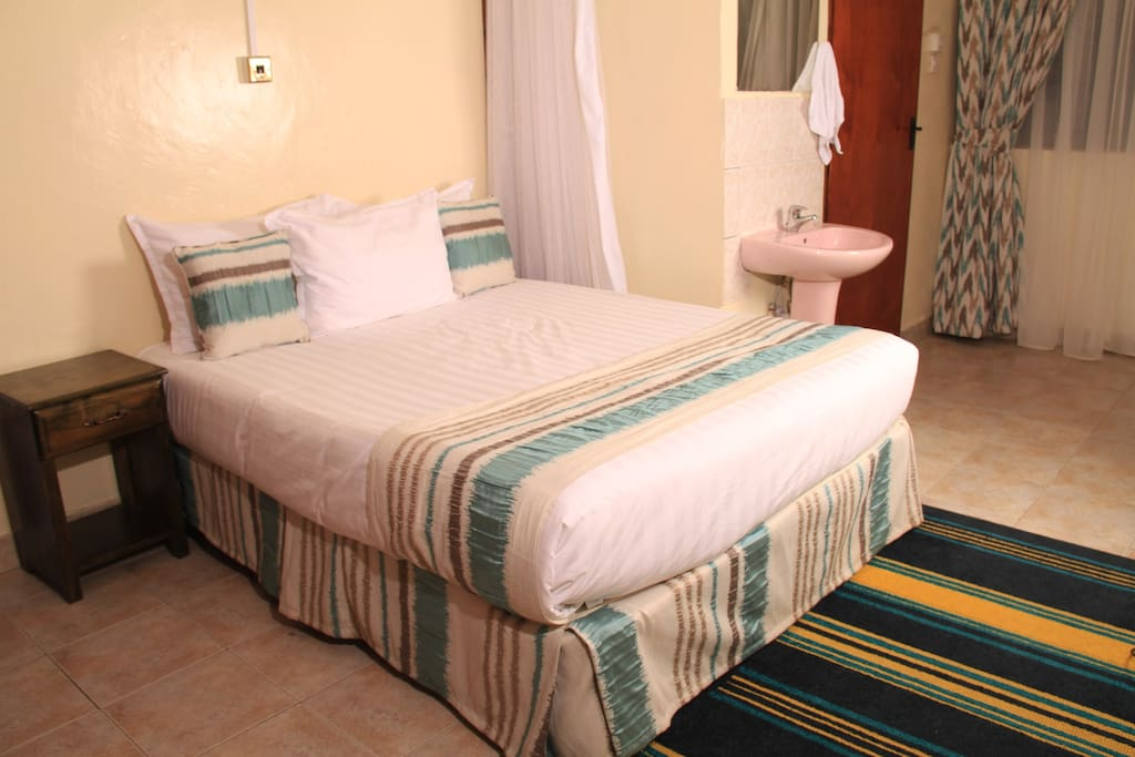 AFRICAN LILY ROOM 1 Queen Bed Max.2 On ground floor with ample work space and a wardrobe