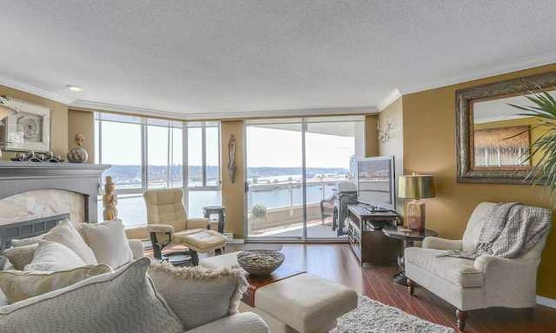 Stunning Exec Waterfront Penthouse w/Pool, Fitness