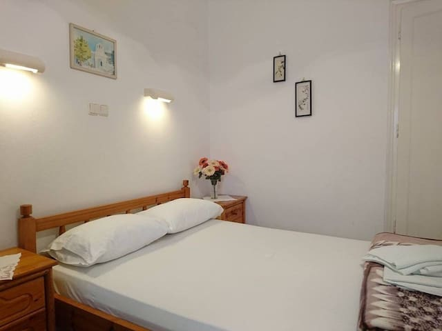 Room with private bathroom, WiFi, fridge, AC, TV