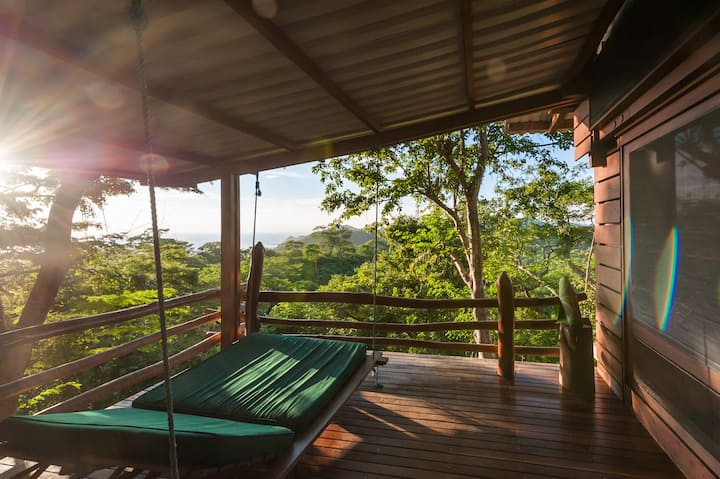 Canopy Treehouse, pool, sleeps 8, close to beaches