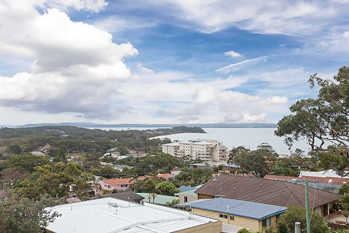 9 'Adriana' 83 Ronald Avenue - fabulous views & aircon