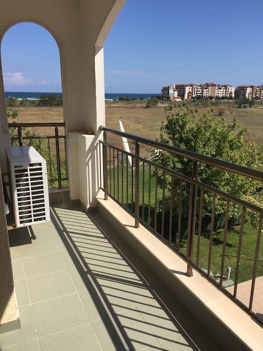 Два балкона ,есть сушилка и мебель на балконе-стол-стулья.До моря 400м -свой пляж