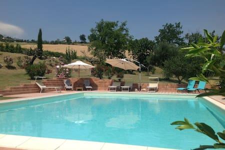 Casa Montebello Luxe vakantiewoning met zwembad - Montebello di Bertona - Kabin