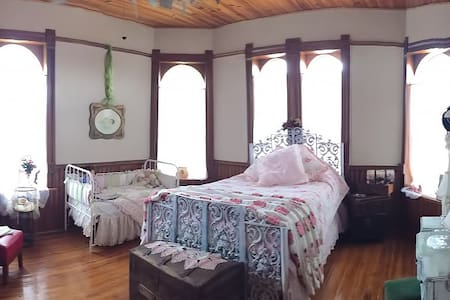 Whispering Dove / Honeymoon Suite - Bed & Breakfast