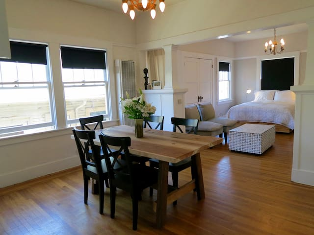 Bright, Artistic Temescal Apartment