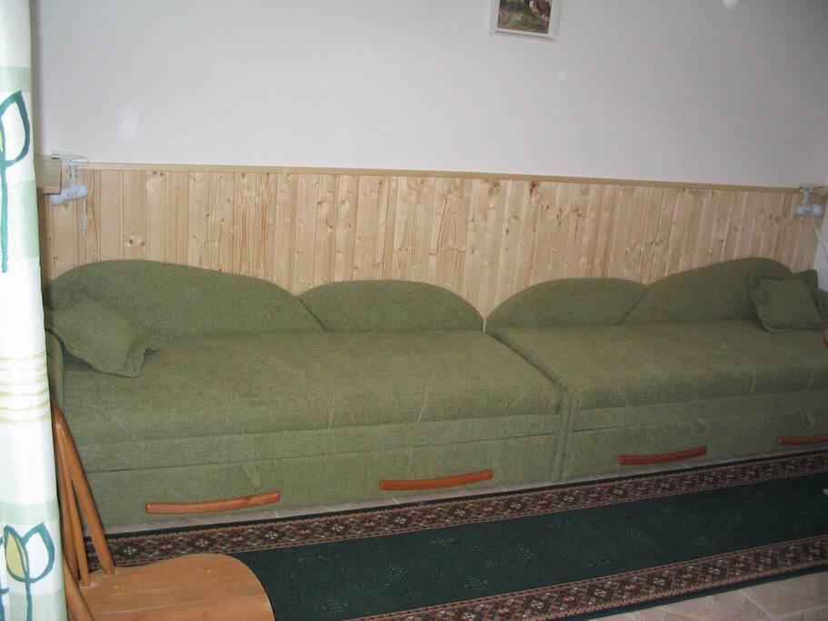 két db kinyitható, ágyneműtartós ágy