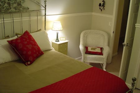 Bed and Bath minutes from Airport - Kentwood - Selveierleilighet