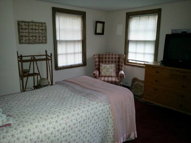 Sunny furnished room New Canaan - New Canaan - House