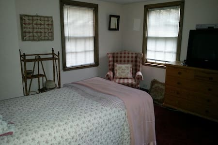 Sunny furnished room New Canaan - Casa