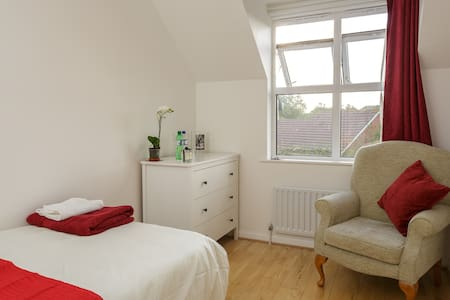 Lovely room by Solent Business Park - House