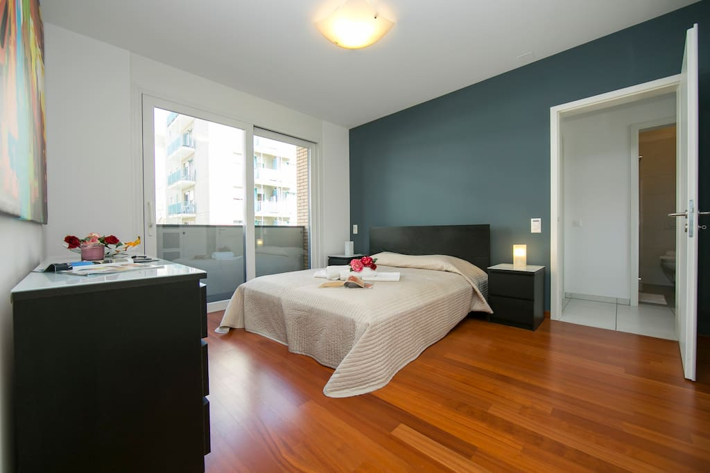 Master bedroom with a double bed and access to the balcony