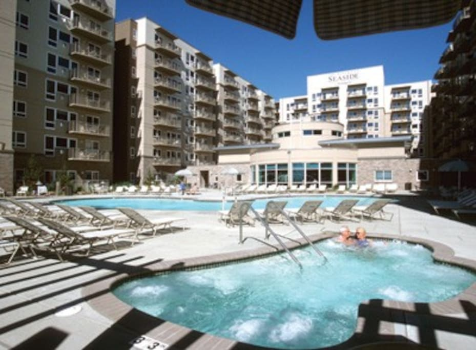 LARGE heated pool, with 2 Large Hot Tubs!