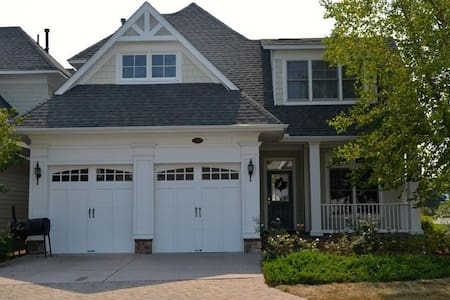 Large luxury home in The Peninsula, sleeps 12