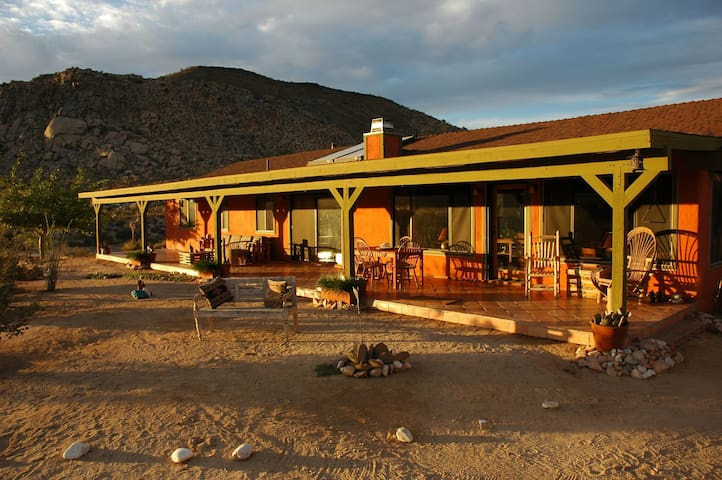 Pipes Canyon Lodge - Private - Spa! - Pioneertown - Casa