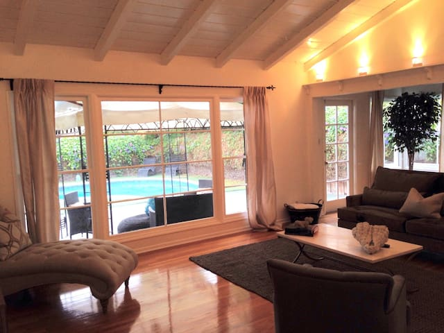 Beautiful LA Home w/ Pool Fenced yard & Driveway - Los Angeles - Maison