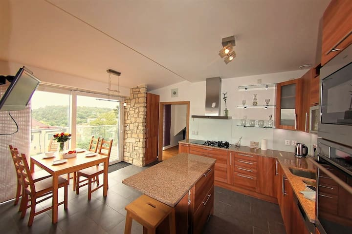 Stunning views close to airport, metro and centre