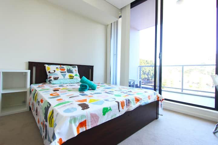 复式两房次卧出租 与主卧格局一致 卫生间带舒适浴缸