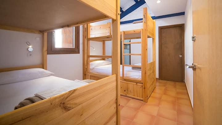 Habitación privada para 4 con baño dentro.