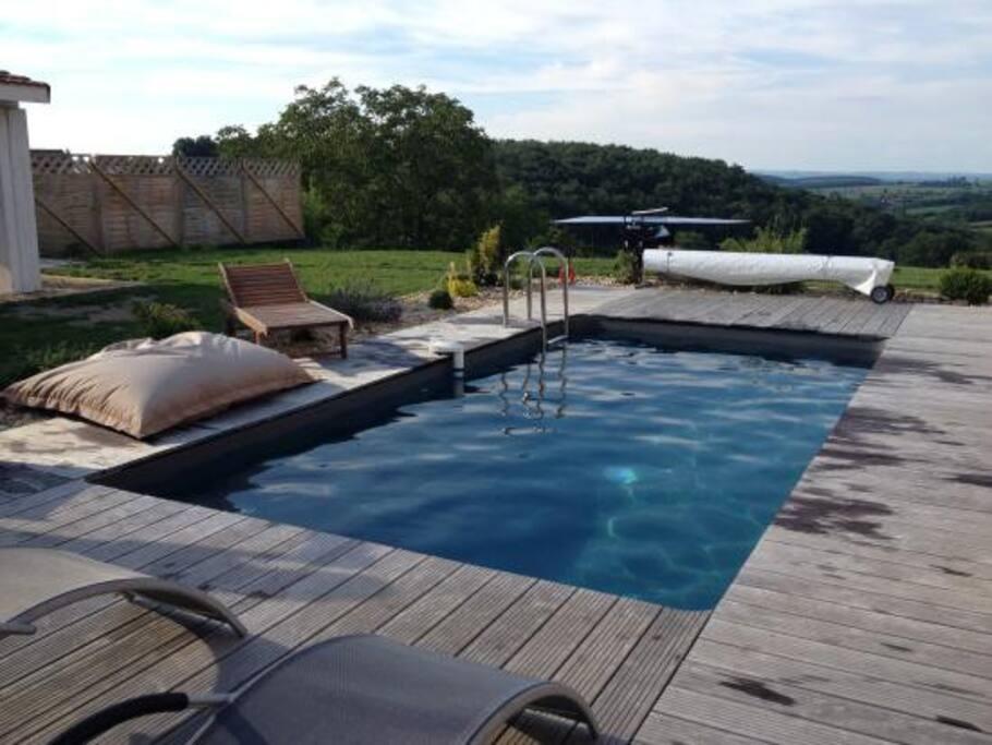 piscine chauffée avec plages bois.