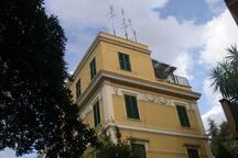 Villino a schiera costruito nel 1923 in stile liberty. All'ultimo piano è  visibile l'attico con il terrazzo rivolto sul giardino. La via, silenziosa e tranquilla, è considerata molto prestigiosa per la bellezza dei villini d'epoca ricchi di vegetazione