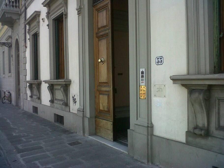 Entrance from lungarno Serristori