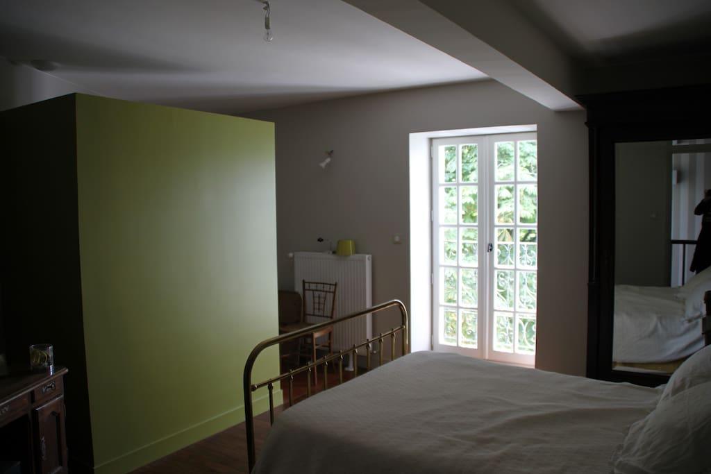 Chambre des invités avec sa salle de bain de bain ouverte