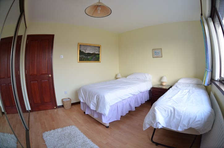 Ground floor twin room & breakfast. - Carrickfergus - บ้าน