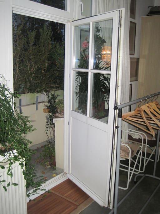Balkon des Zimmers mit Rauchmöglichkeit - balcon of the room