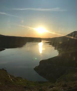 Antik kent Hasankeyfte göl manzaralı konteyner ev