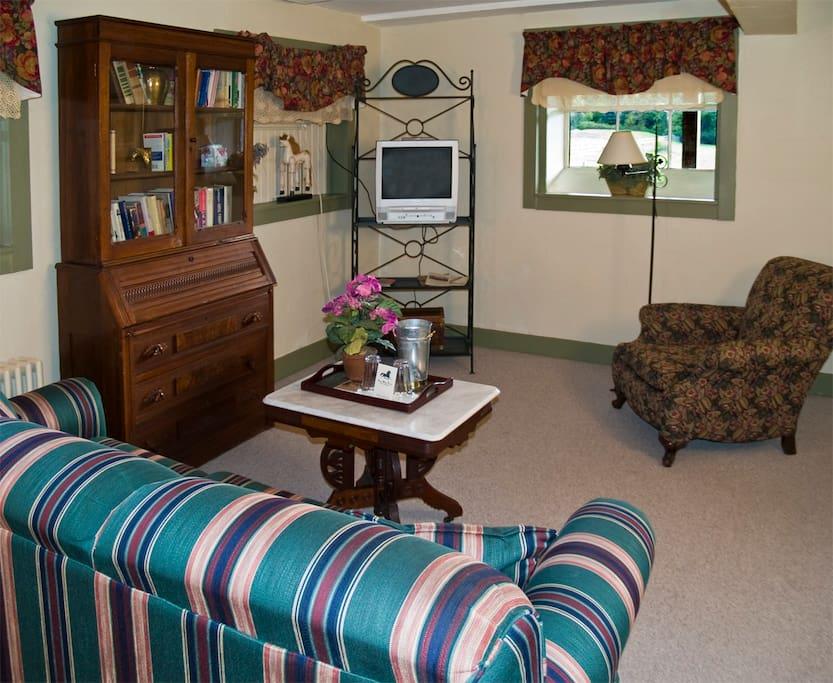 Living room w/sofa sleeper/ queen bed / full bathroom
