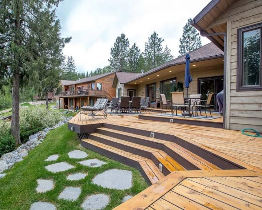 Wawterfront home w huge  Deck