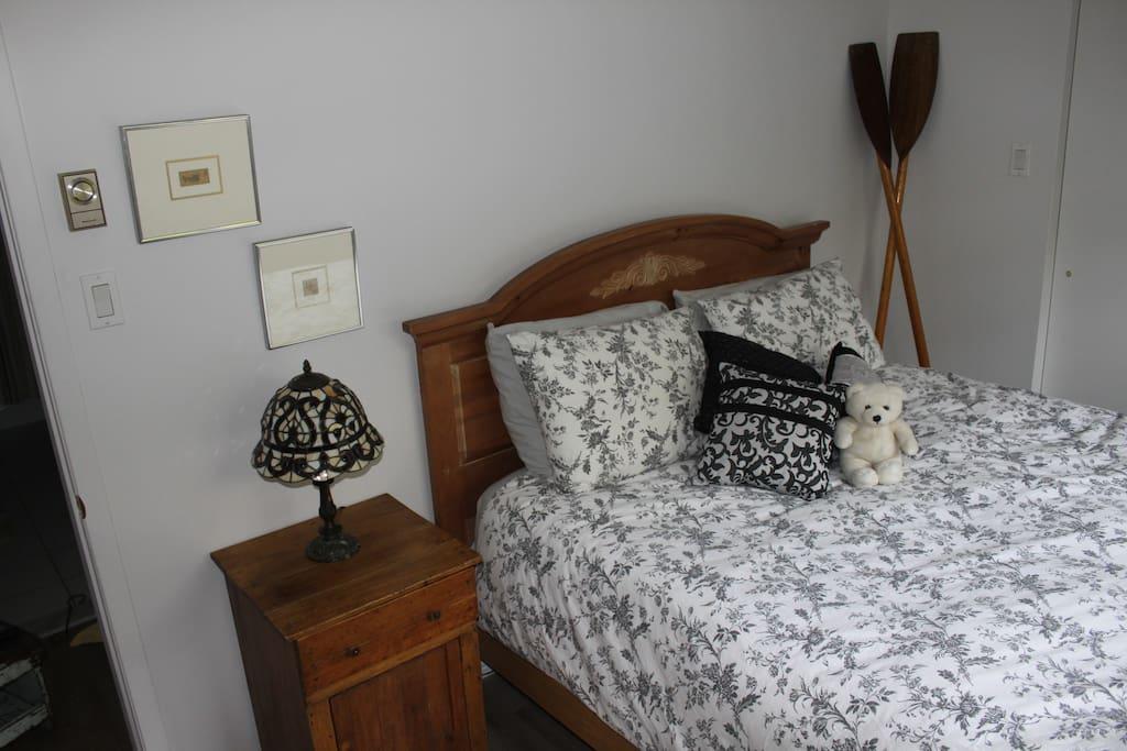 Chambre distincte lit queen matelas de qualité, confort assuré.