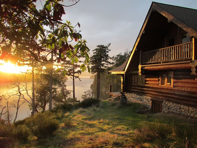 InTheBluff - Galiano's Log House - Galiano Island - Cabane