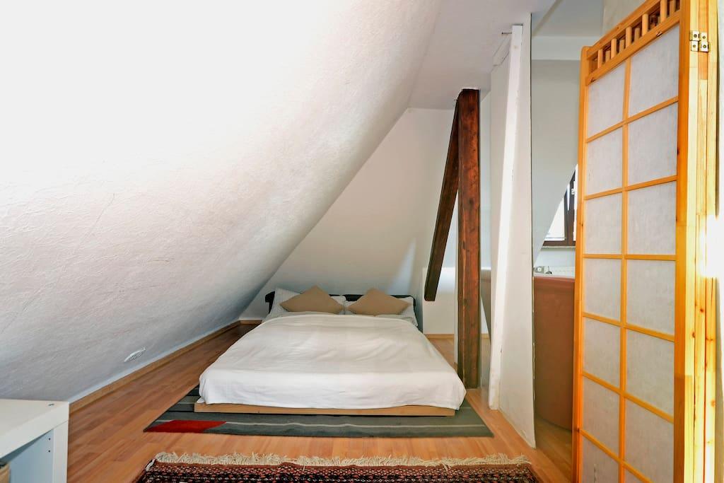 Doppelmatratze im Wohnzimmer unter der Dachschräge