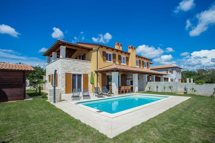Villa Rosalia with pool near Sv. Lovreč
